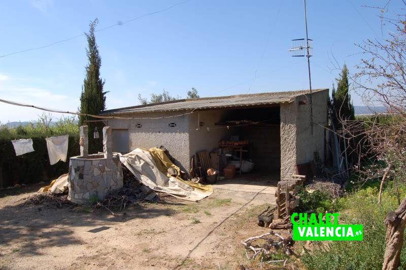 Garaje cubierto chalet con campo de naranjos
