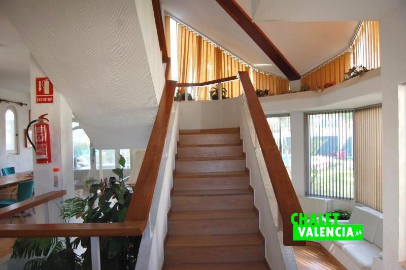 G13048-entrada-escaleras-centrales-chalet-valencia