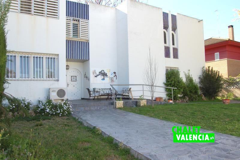 G13048-entrada-fachada-chalet-valencia