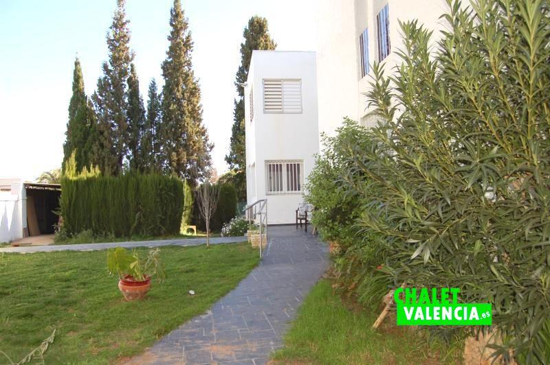 Camino de entrada chalet vanguardista Valencia