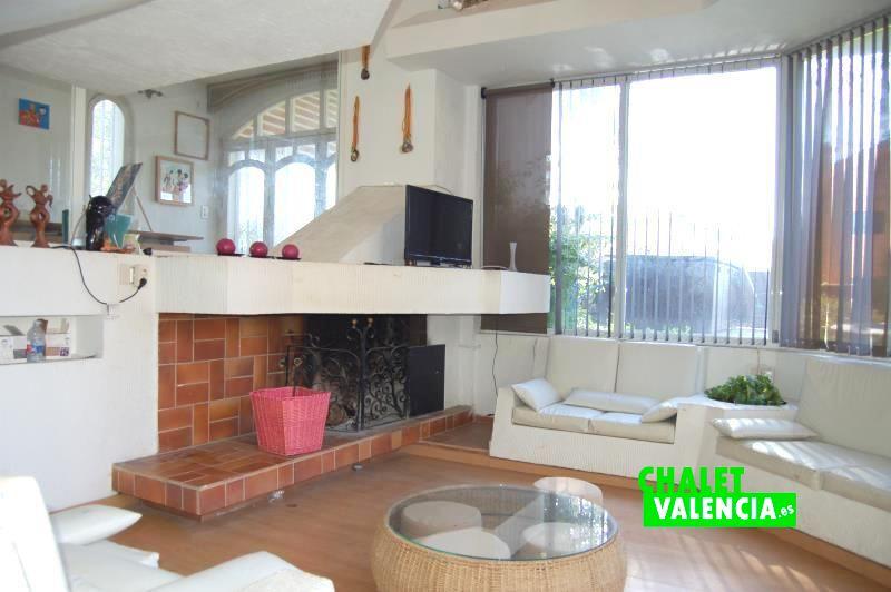 Salón con chimenea y diseño vanguardista