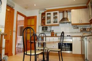 G13288-cocina-mesa-centro-chalet-valencia