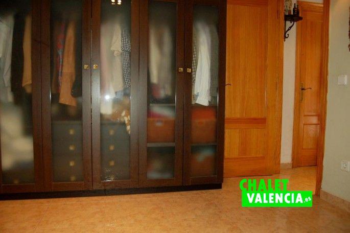 G13288-sotano-habitacion-armario-chalet-valencia