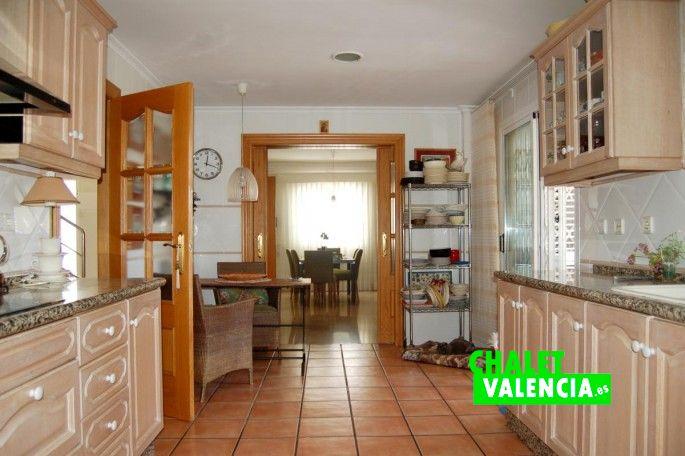 G13336-cocina-vista-comedor-chalet-valencia
