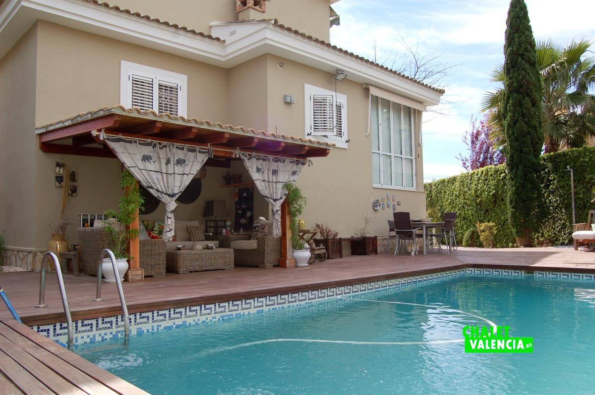 Chalet estilo chillout en pla paella la eliana chalet for Piscina y jardin en valencia