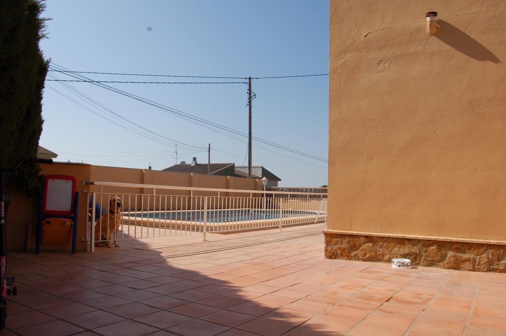 Chalet seminuevo en la pobla de vallbona chalet valencia for Coste mantenimiento piscina