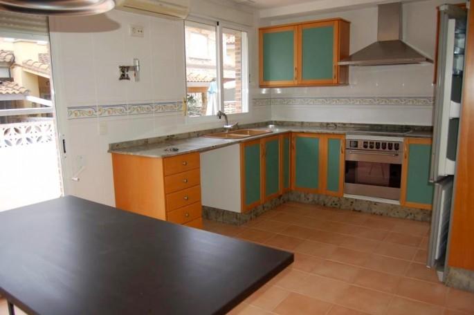 G13578-cocina-mesa-chalet-valencia-casetes