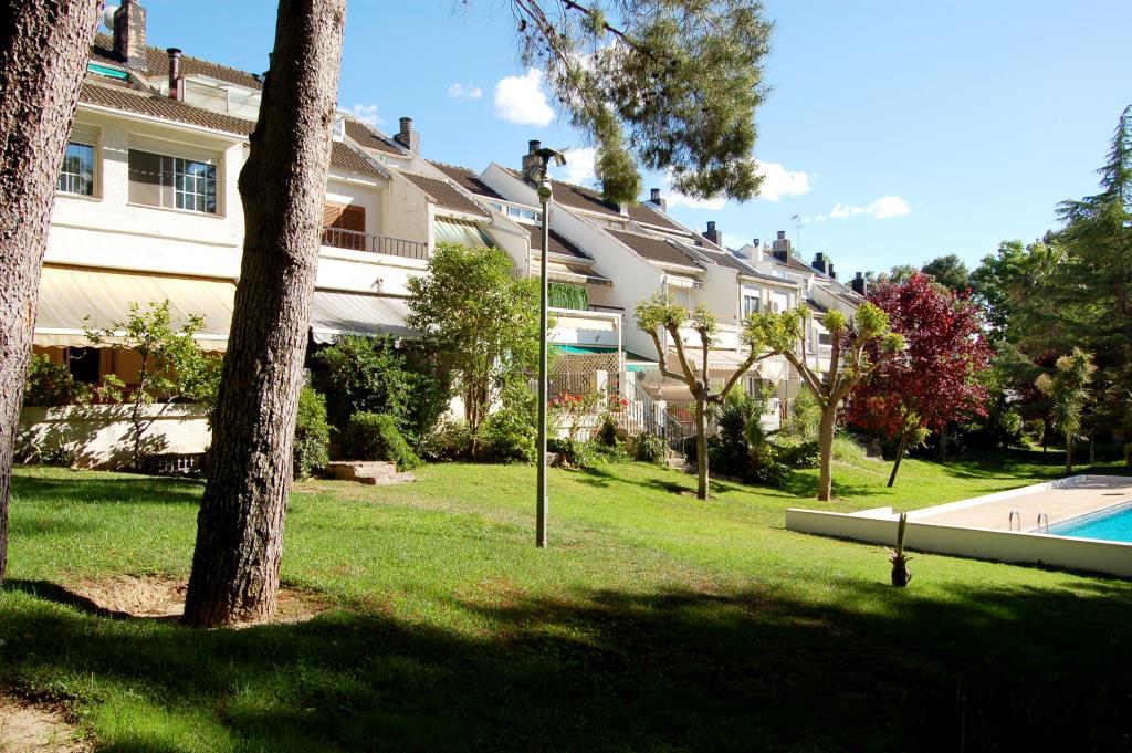 Pareado en la canyada con piscina y pinada chalet valencia for Piscina jardin valencia