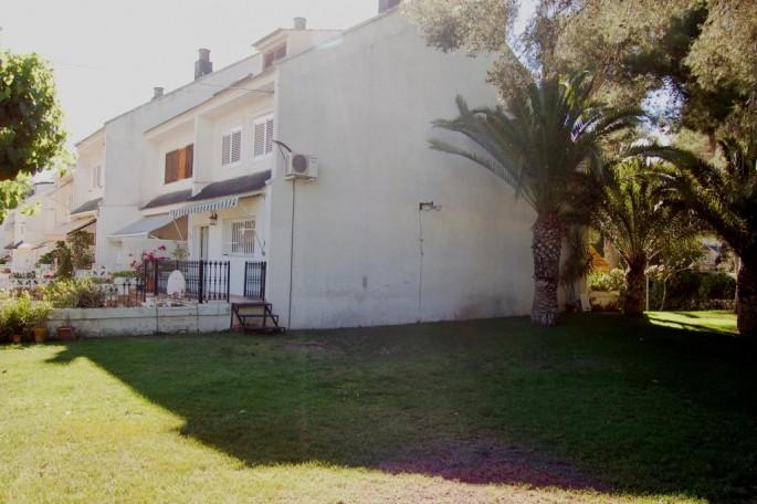 Jardín comunitario con acceso directo desde chalet pareado