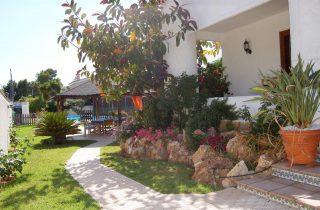 G14301-entrada-jardin-chalet-valencia