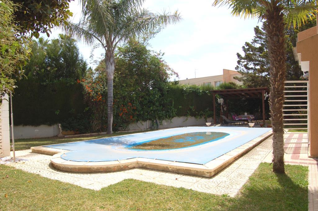Comfortable villa with pool cumbres san antonio chalet for Piscina jardin valencia