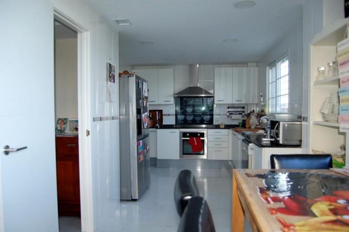 Cocina muy amplia con lavadero independiente