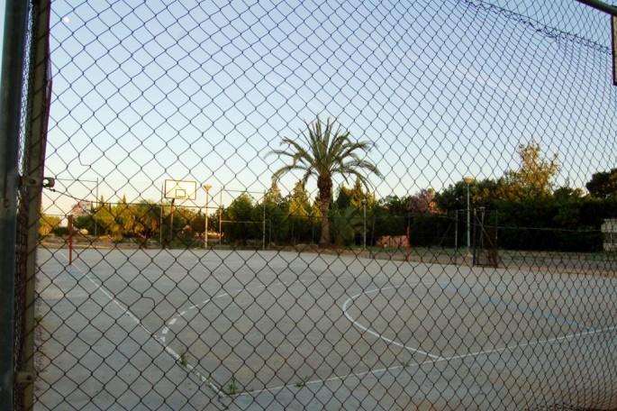 Zona comunitaria con pista de deporte