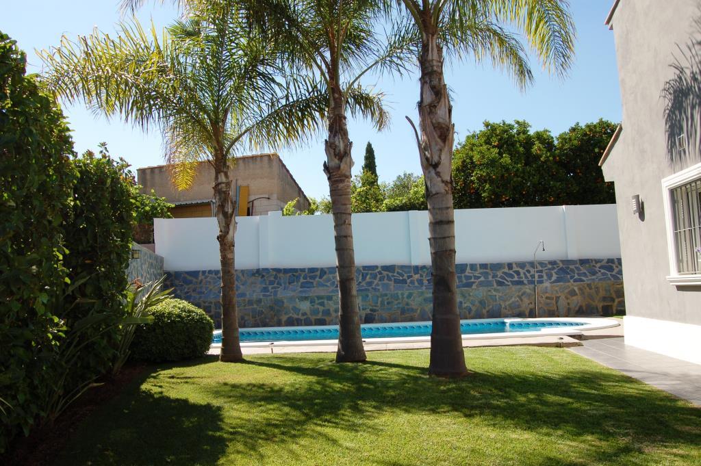 Chalet moderno en venta totalmente amueblado chalet valencia - Jardin con cesped artificial ...