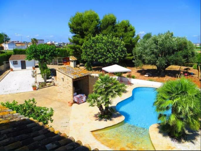 Zona de jardín con piscina
