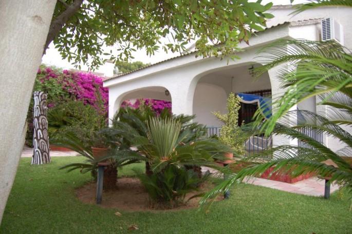 Jardín de entrada chalet Entrepinos