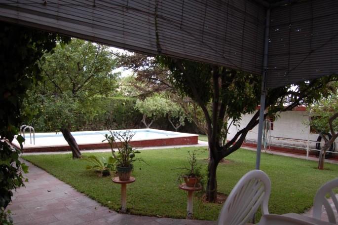 Vista piscina y garaje desde terraza cocina