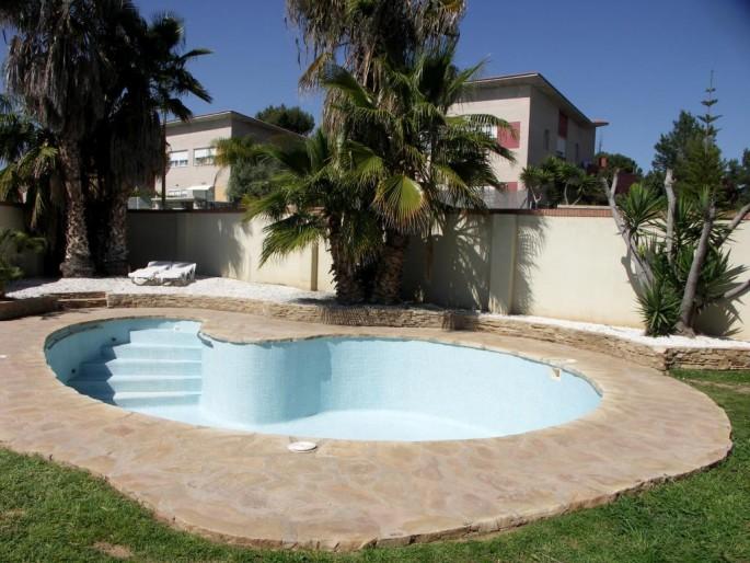 Jardín y piscina con forma de riñón