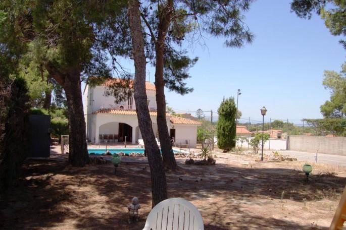 Pinada, piscina y pista de tenis