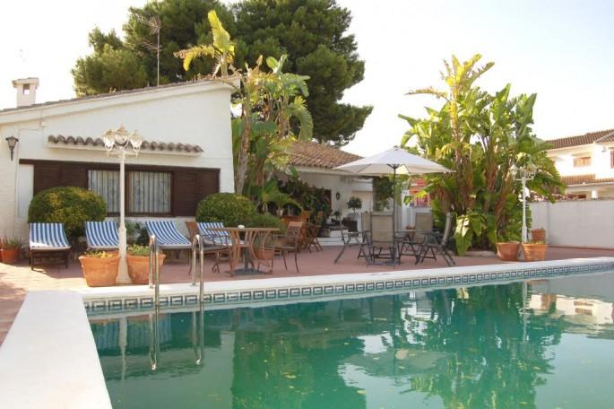 Terraza y piscina chalet La Eliana