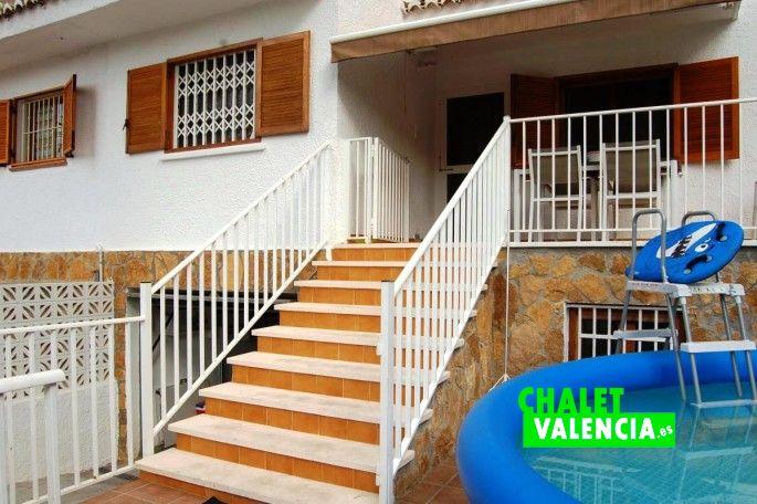 Entrada a la casa por terraza o sótano