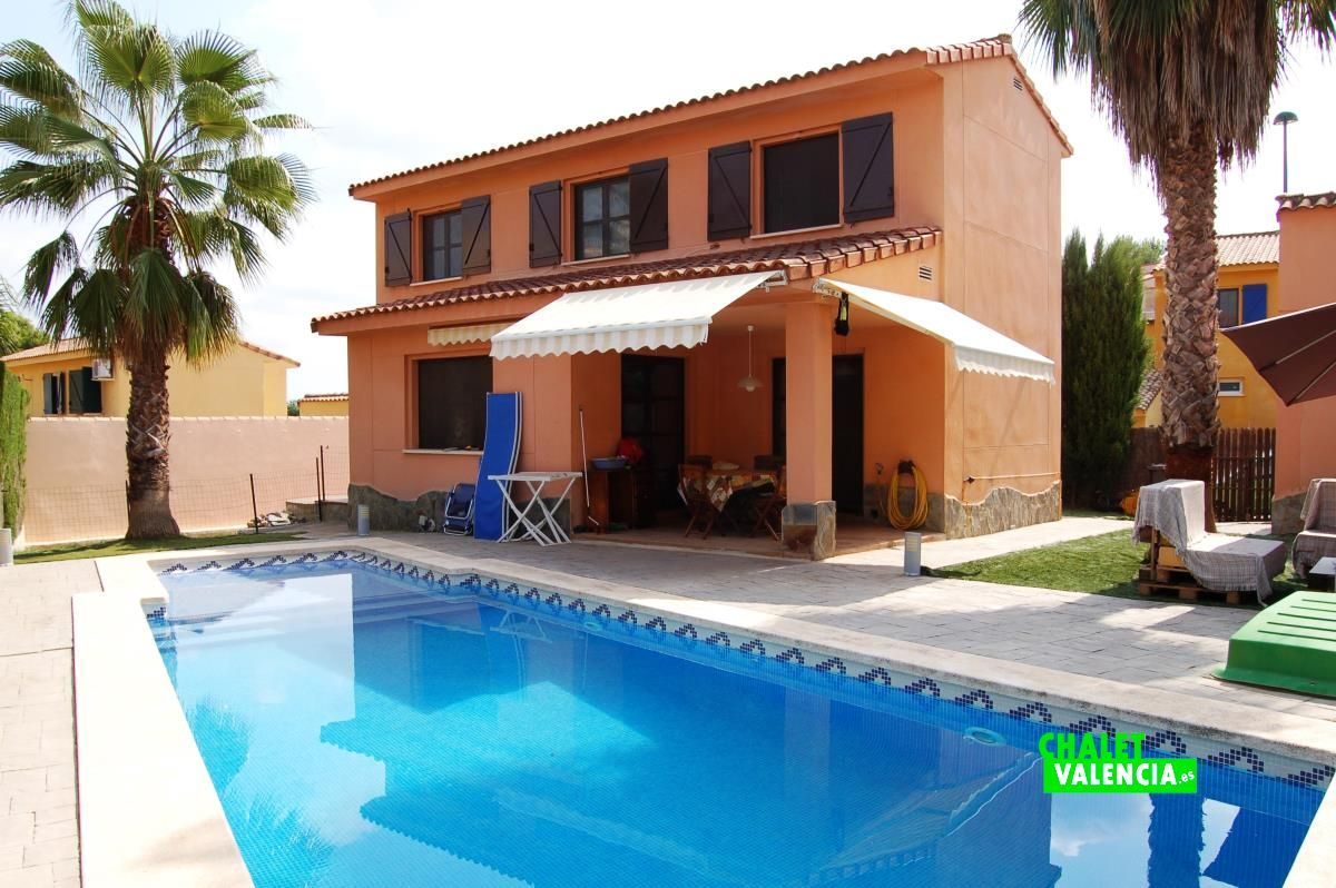 chalet con piscina con playa en masia traver chalet valencia