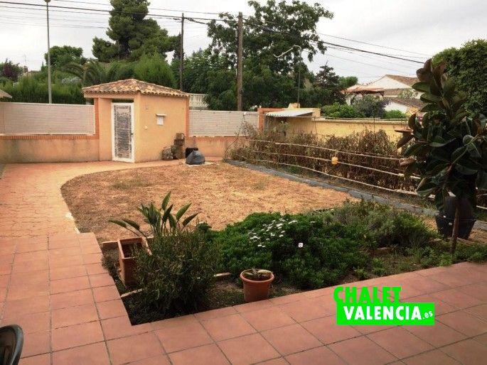 16556-exterior-entrada-hueco-piscina-chalet-valencia