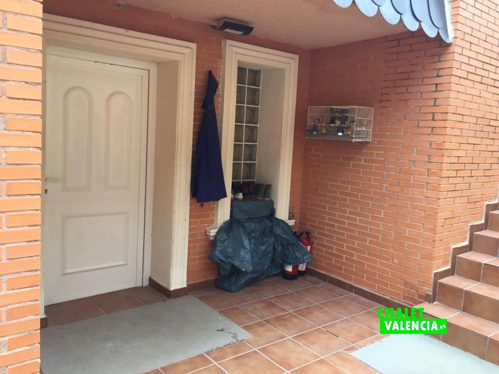 Chalet urbanizaci n las tablas de la eliana chalet valencia for Puertas chalet exterior