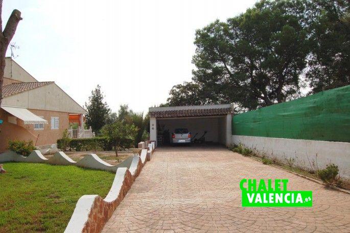 Entrada garaje cubierto para vehículos
