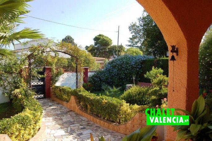 17184-entrada-jardin-7-chalet-valencia