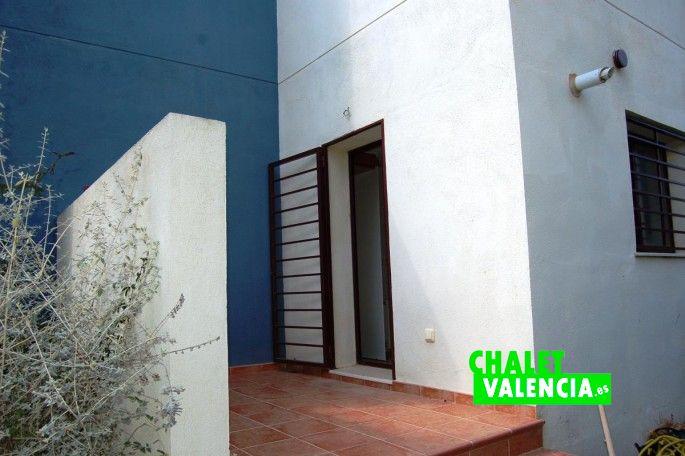 Puerta exterior cocina Chalet Valencia