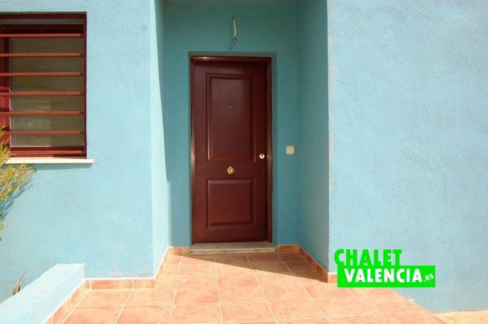 Puerta principal de acceso a la casa