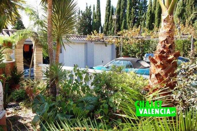 Jardín, piscina y garaje