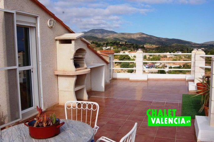 Terraza buhardilla con barbacoa y bonitas vistas