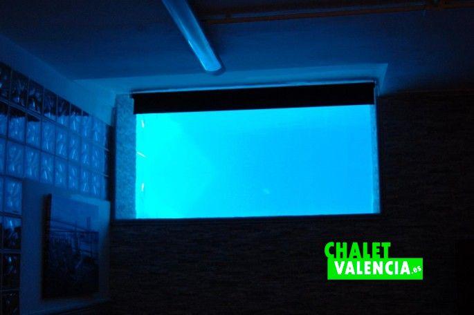 Luz piscina filtrada al sótano chalet lujo