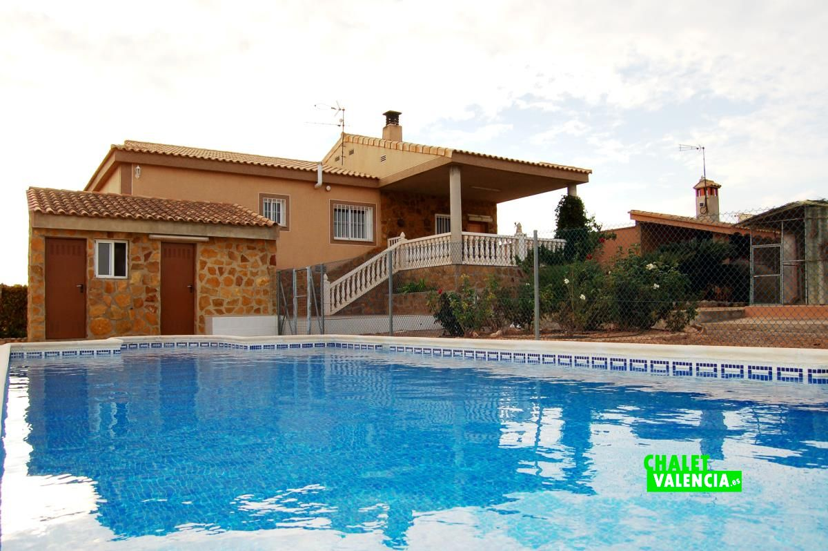 Villa in urbanization north of la pobla de vallbona for Piscine valencia