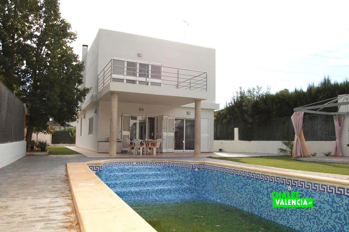 Chalet moderno en la vallesa chalet valencia for Casa con piscina fin de semana