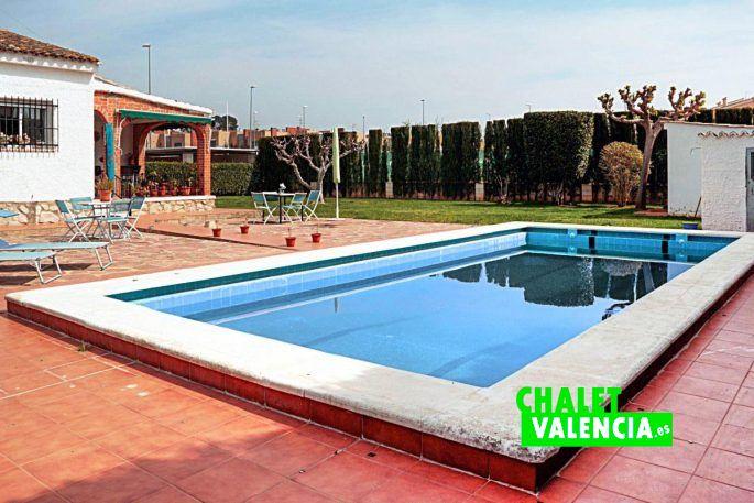 Opportunity detached villa in maravisa chalet valencia for Piscina jardin valencia
