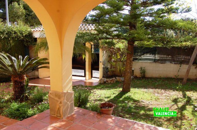 22705-entrada-jardin-colinas-san-antonio-chalet-valencia