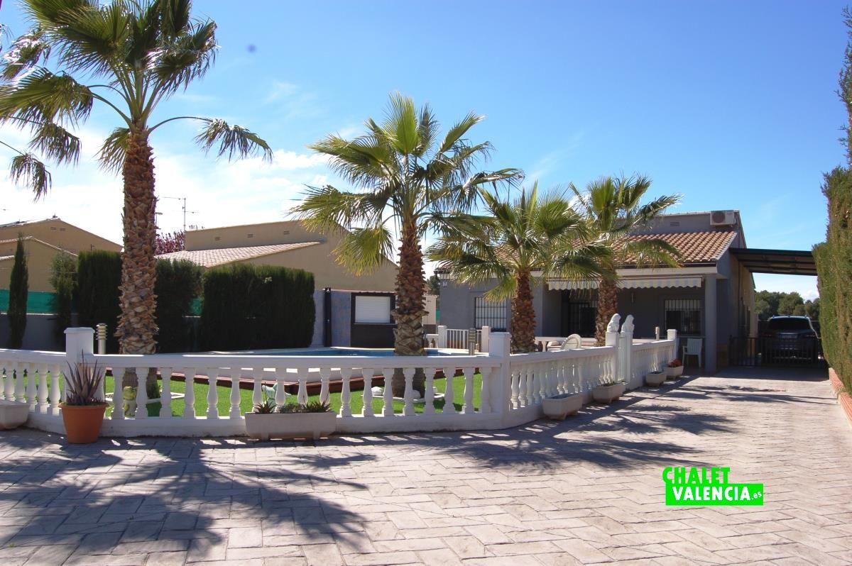 Villa moderne avec piscine 20 km de valence chalet for Piscine jardin valence
