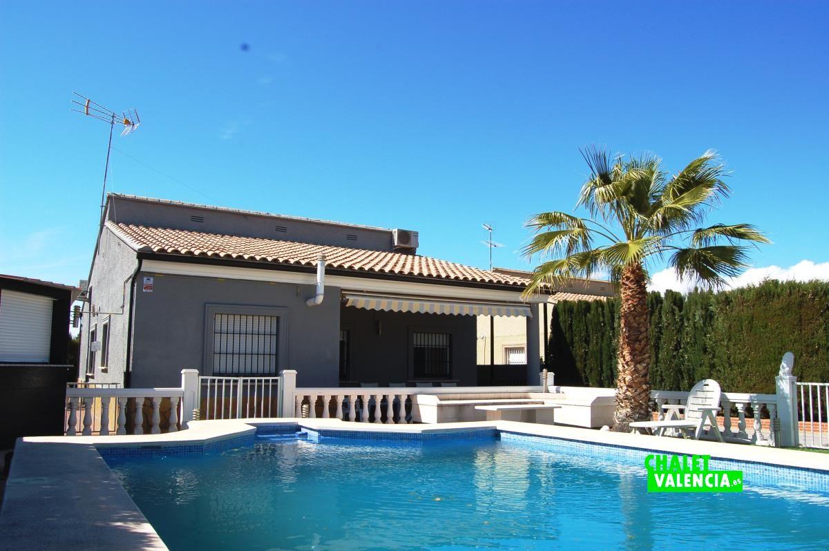 Moderno chalet con piscina a 20km de valencia chalet for Apartamentos con piscina en valencia