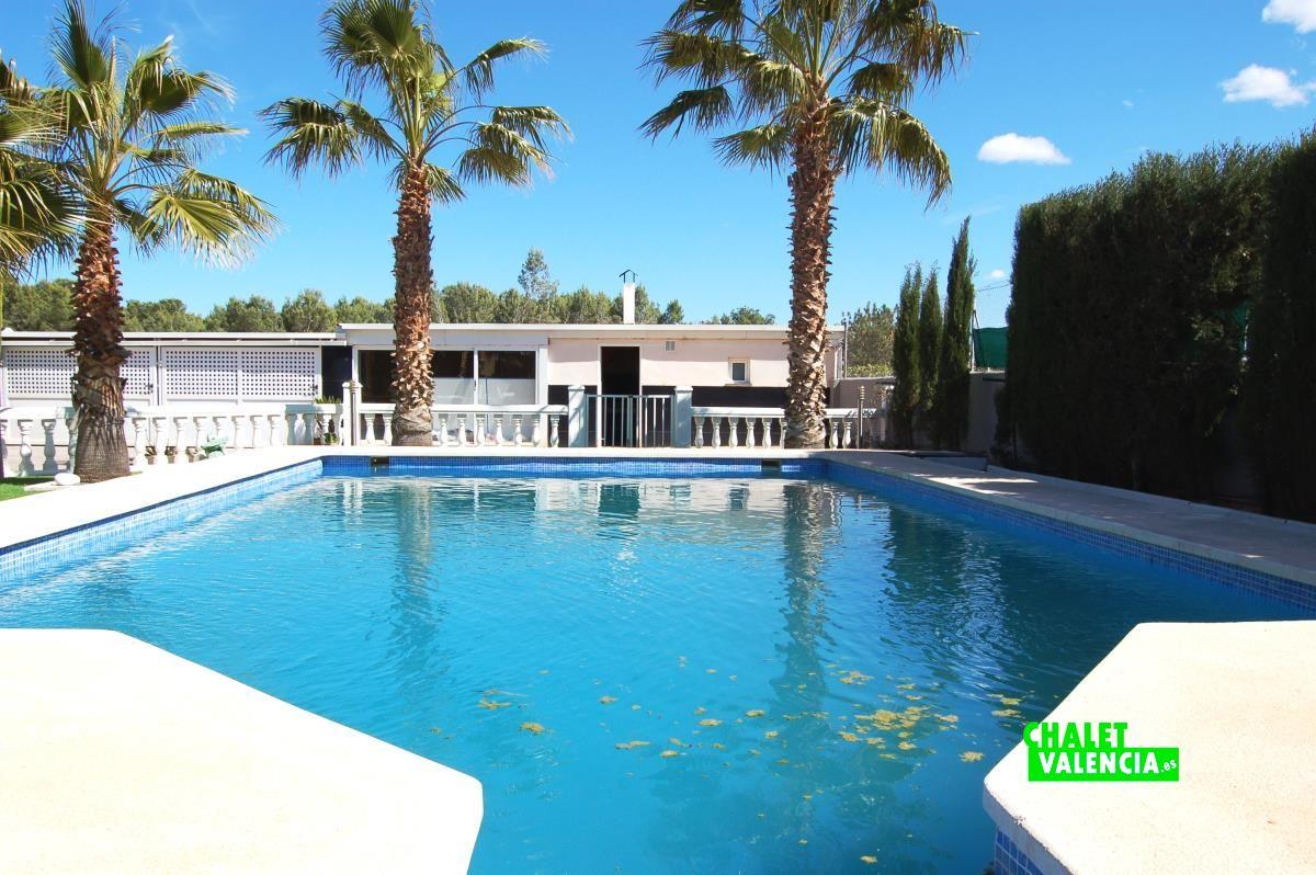Moderno chalet con piscina a 20km de valencia chalet for Piscina valencia