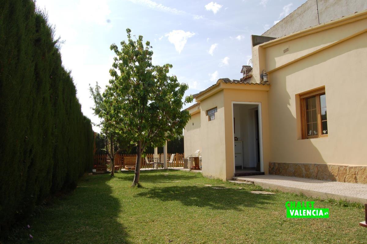 Chalet para entrar a vivir con piscina la pobla chalet for Piscina y jardin en valencia