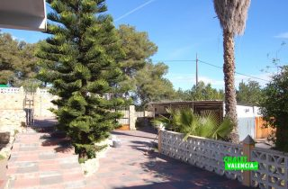 exterior-entrada-jardin-palmera-godella-chalet-valencia