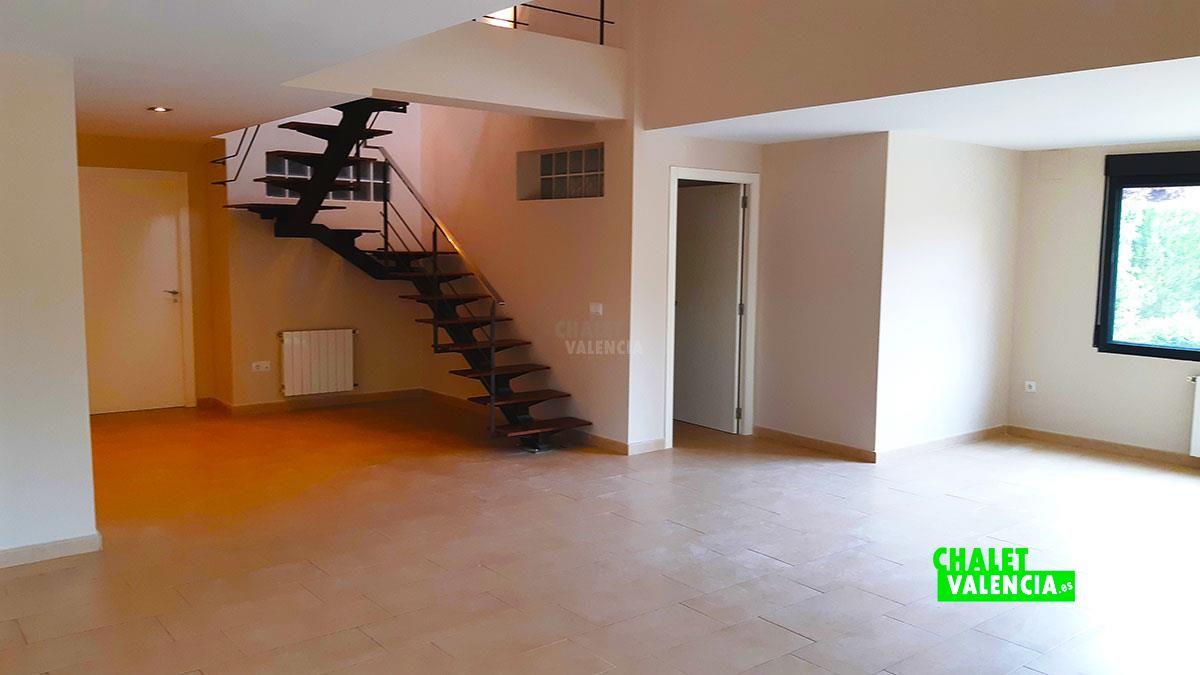 25500-salon-escaleras-p-leliana-chalet-valencia