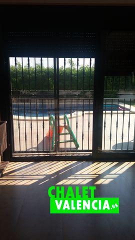 28529-salon-vistas-piscina-chalet-valencia