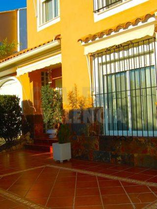 30327-exterior-entrada-chalet-valencia