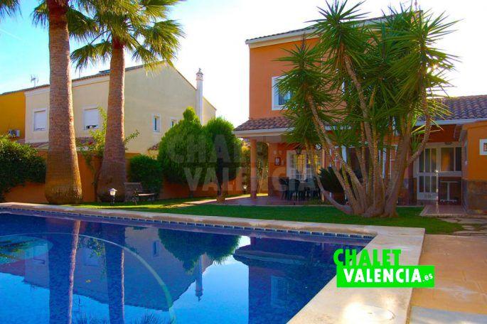 Piscina con grandes palmeras jardín