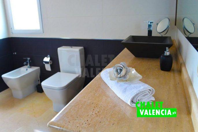 Baños modernos con acabados de lujo