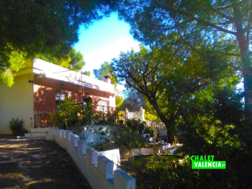 Chalet casa de campo en Olocau con muchos pinos